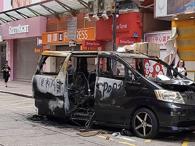 一輛七人車遭燒毀。