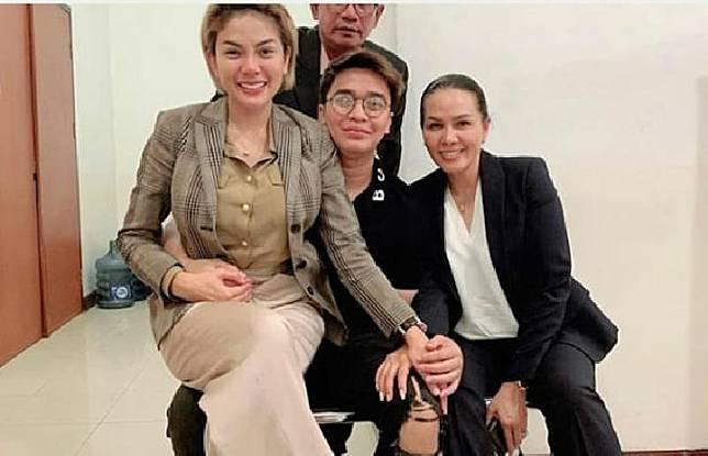 Nikita Mirzani mengunggah foto saat dijemput dua sahabat dan pengacaranya, Billy Syahputra, Fitri Salhuteru. Instagram