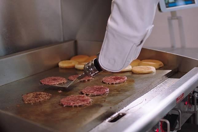 """เชฟร้านอาหารสบายขึ้นเยอะ! เมื่อมีเจ้า """"Flippy"""" หุ่นยนต์ผู้ช่วยย่างแผ่นเนื้อเบอร์เกอร์"""
