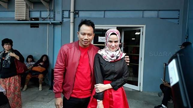 Angel Lelga dan Vicky Prasetyo di kawasan Tendean, Jakarta Selatan, Selasa (9/1/2018). [suara.com/Ismail]