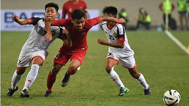 Pemain tim nasional (timnas) Indonesia U-23 Saddil Ramdani (tengah) mengejar bola dengan pemain timnas Brunei Darussalam Muhammad Nur (kiri) dan Rahmin Abdul Ghani dalam laga kualifikasi grup K Piala Asia U-23 AFC 2020 di Stadion Nasional My Dinh, Hanoi, Vietnam, Selasa, 26 Maret 2019. Gol Muhammad Dimas Drajad diciptakan di menit ke-31, sementara gol Rafi hadir di menit ke-78. ANTARA
