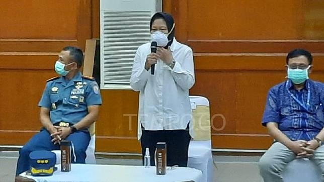 Wali Kota Tri Rismaharini memimpin rapat koordinasi penanganan COVID-19 di Gedung Sawunggaling Pemkot Surabaya, 15 Maret 2020. Tempo/KUKUH SW