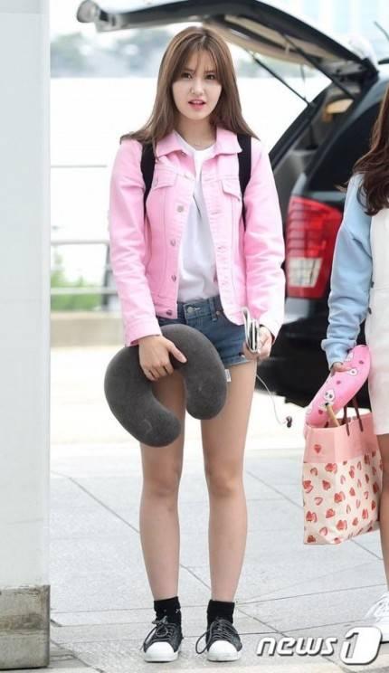 Yuk Tiru 8 Gaya Kasual Jeon Somi yang Cocok Kita Gunakan untuk ... b2ba2db785