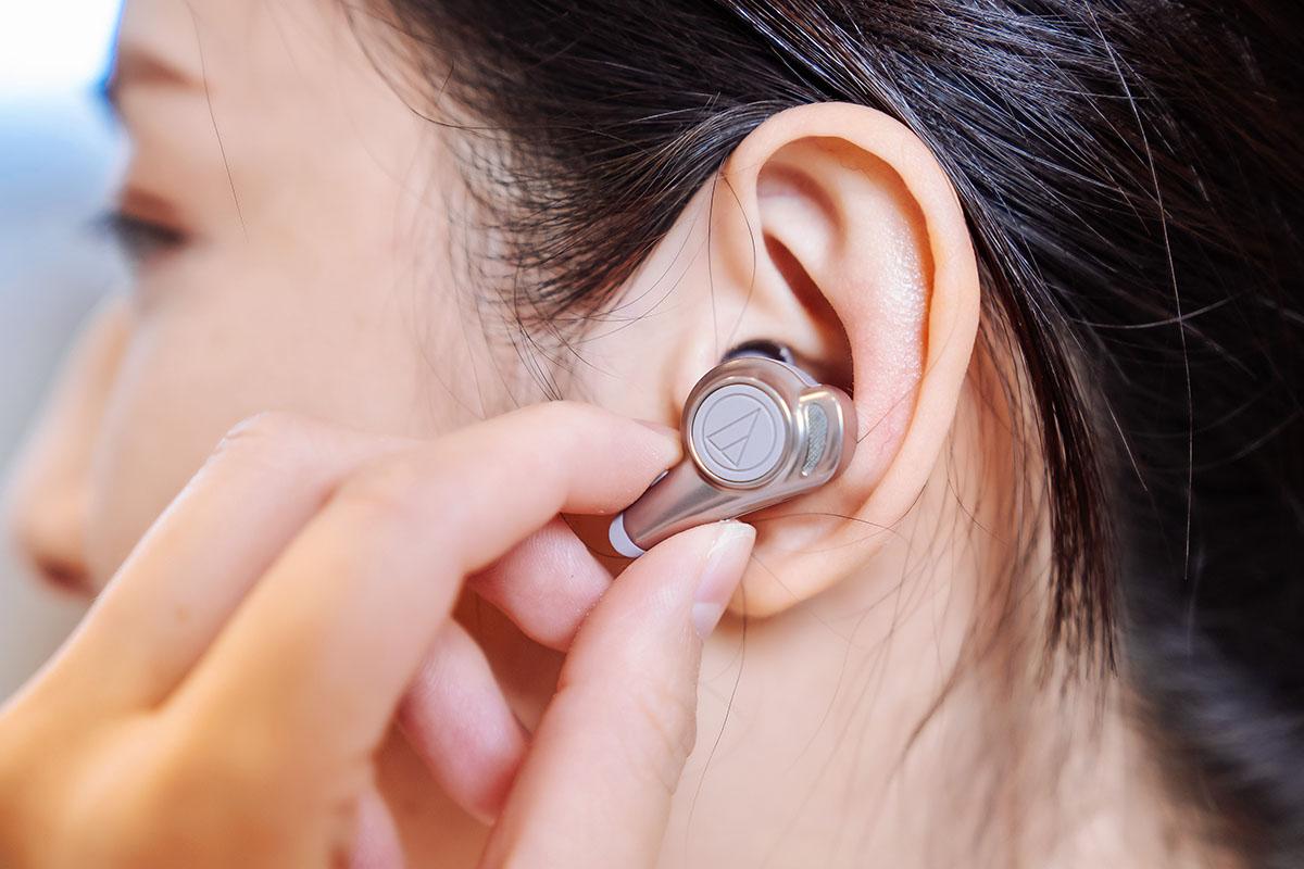 左聲道的按鍵則可控制音量,也具備接聽/掛斷電話功能,另外,ATH-CKR70TW 左右聲道耳機也能單獨使用,增加應用的便利性與自由度。