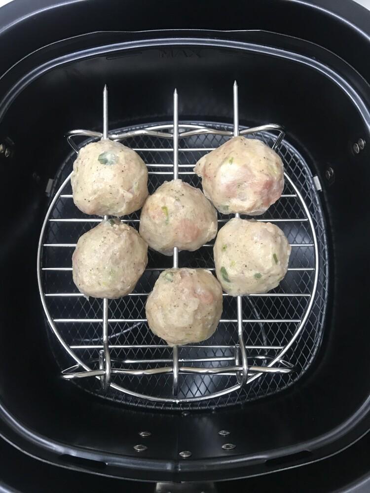 商品規格說明: (1)品名: 【氣炸鍋簡單料理】翡翠雞肉丸200克 (2)料理方式: 氣炸,清蒸,烤箱,煮湯 (3)產地: 台灣 (4)重量: 淨重200克±10% (5)包裝方式: 7顆1包/真空包