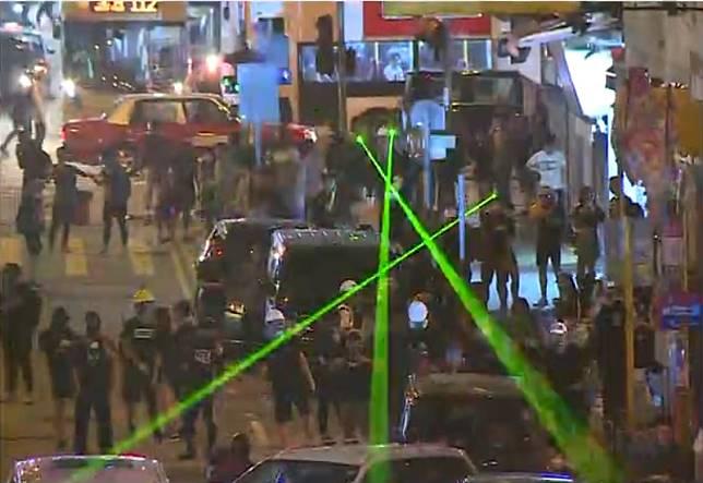 示威者堵塞馬路。無線新聞截圖