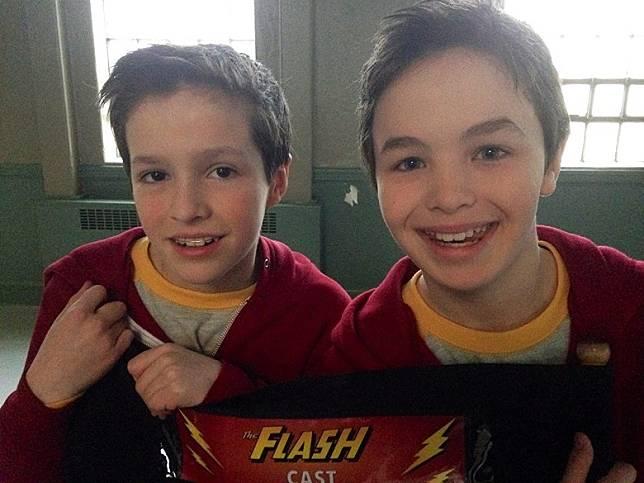 Logan(右)於《閃電俠》片場與替身合照。