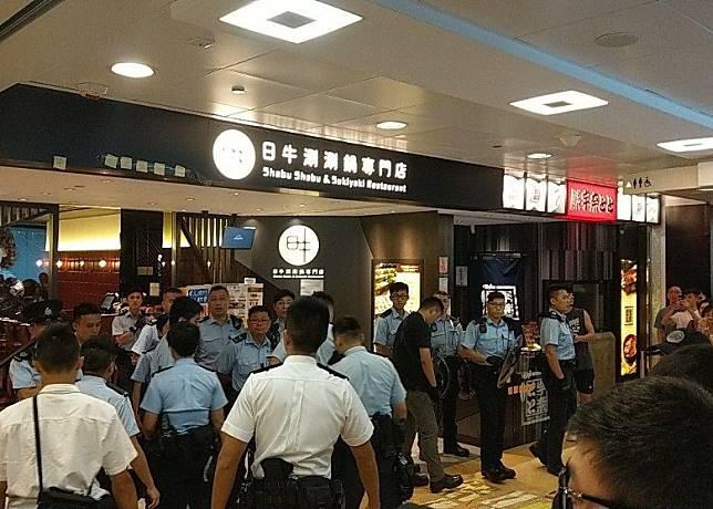 警方在店門口戒備。(互聯網)