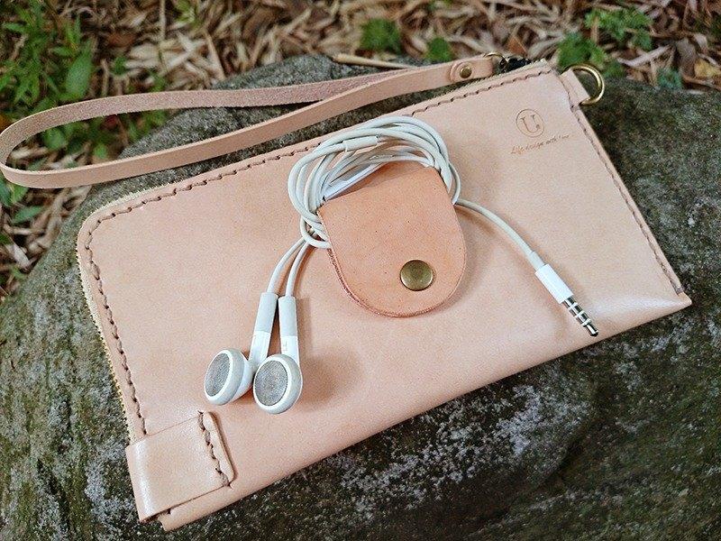 """手機,跟耳集器終於在一起嚕~^^ 是一款擰著此包包就可出門的概念。結合現在的""""大手機"""",及熱賣的皮件小物-耳集器,悠遊卡層與鈔票層.是款多四合一的包夾,嚴選進口頂級植鞣革,升級A級玉米鏈,100%手工"""