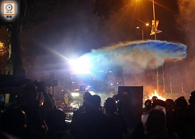 水炮車向示威者射藍水。(李華輝攝)