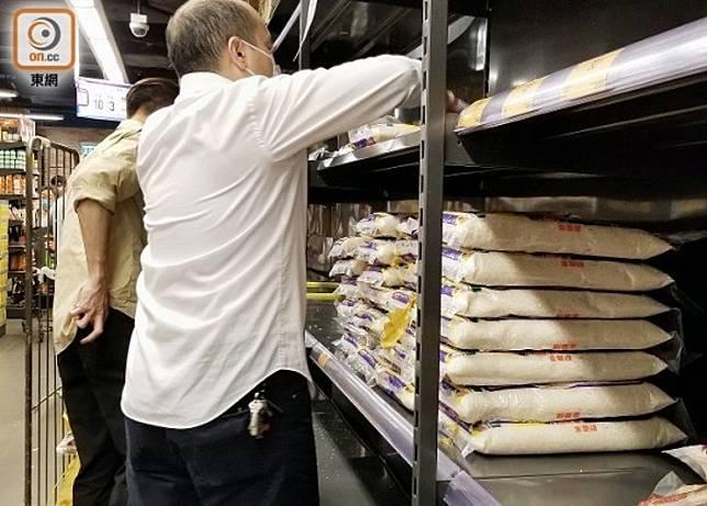 多間超市掀起搶米潮。(朱先儒攝)
