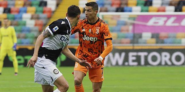 Aksi Cristiano Ronaldo di laga Udinese vs Juventus di Stadio Friuli, Minggu (02/05/2021) malam WIB. (c) LaPresse via AP Photo