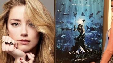 安柏·赫德宣傳《水行俠》,開心與個人角色公仔「梅拉」一同合照!