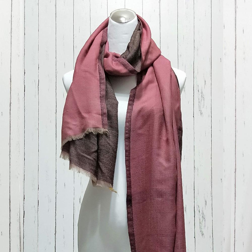 正反雙色的歐洲風味,半機器手工織法,雖是雙層也只有110公克,顏色明度較低,適合內搭於西裝外套、風衣。