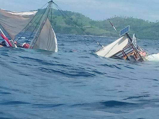 Puluhan nelayan Labuan Bajo menyandarkan perahu karena cuaca buruk yang menyebabkan ombak tinggi sekitar tiga meter