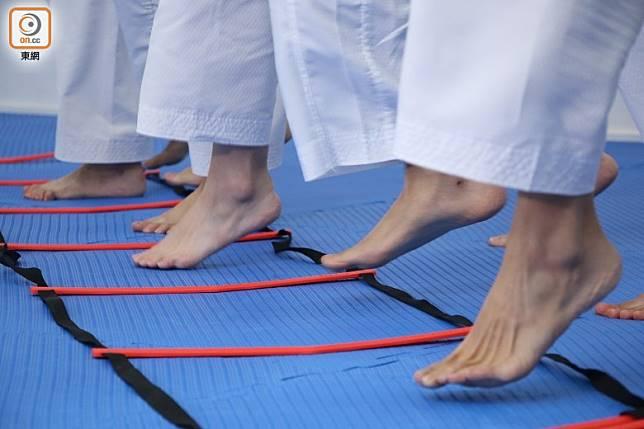速度梯講求步法配合,可訓練身體的協調能力。(張錦昌攝)