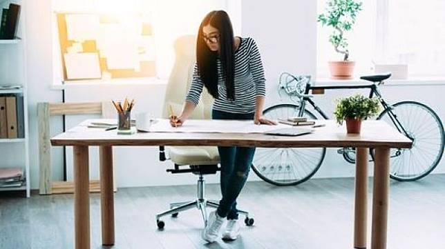 Ilustrasi bekerja dengan posisi berdiri. (Shutterstock)