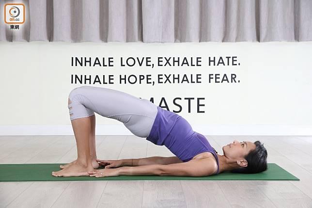 )吸氣,慢慢將臀部提起向天,盡量感覺到大腿用力夾向中間,臀部收緊。呼氣,上背、中背、下背慢慢捲落地下。在上面停留約5個呼吸,重複動作。(張錦昌攝)