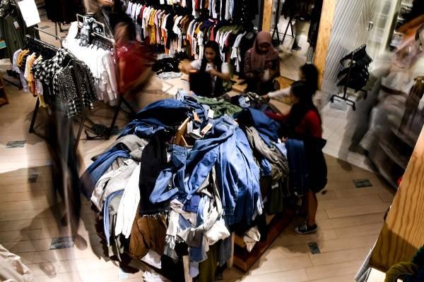 Pengunjung memilih pakaian di salah satu toko pakaian di Grand Indonesia, Jakarta, Selasa (24/12/2019)./ANTARA FOTO-Muhammad Adimaja