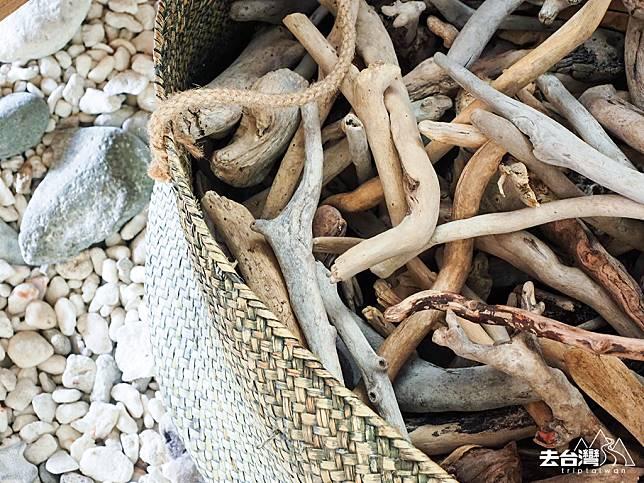 儲存了不少在海邊撿到的漂流木用來作吊飾創作。