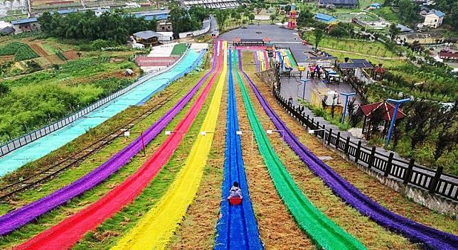 สีสันสุดจี๊ด! ทางลื่นบนสนามหญ้า ที่ยาวที่สุดในโลก