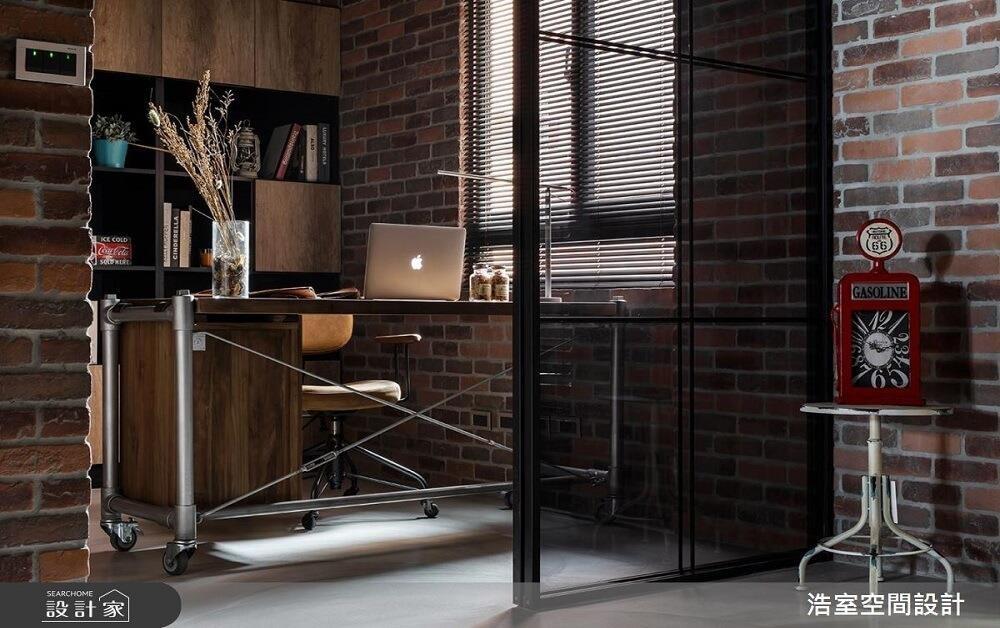 若不喜歡透明玻璃太清澈的視覺感受,不妨可以使用灰玻為書房空間帶來更有安全感的沉靜氣息。>>看完整圖庫