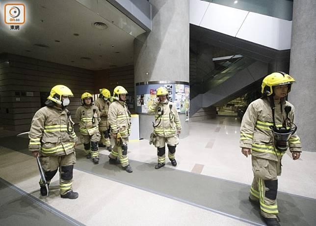 理工大學Y座有人報案指被困升降機內,消防入內搜索無發現。(李志湧攝)