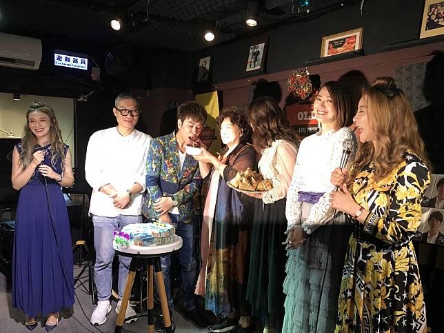 江志豐(左三)發片,媽媽(左四)燉雞湯替他補身。記者林士傑/攝影