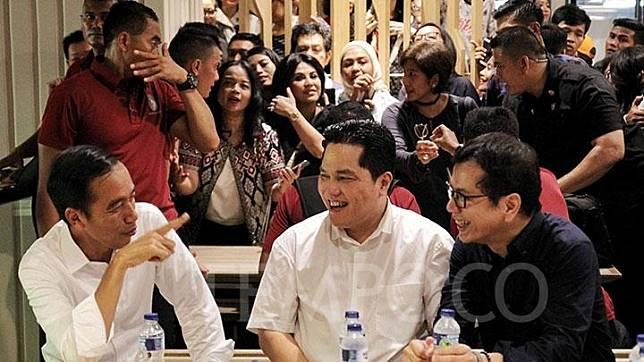 Capres nomor urut 01, Jokowi (kiri) berbincang bersama Ketua TKN Erick Thohir (tengah) dan CEO NET TV, Wishnutama di Mall Grand Indonesia, Jakarta, Sabtu, 20 April 2019.  TEMPO/Hilman Fathurahman W