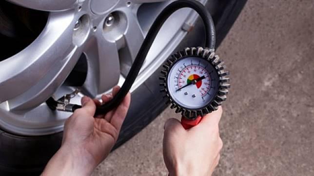 Ilustrasi mengisi udara ke dalam sebuah ban mobil. [Shutterstock]