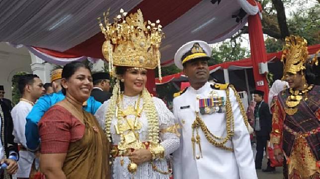 (tengah) Istri Menteri Pertahanan Ryamizard Ryacudu, Nora Tristyana, menjadi pemenang pakaian adat terbaik di acara HUT Kemerdekaan RI ke-74 di halaman Istana Merdeka, Jakarta, 17 Agustus 2019. Tempo/Friski Riana