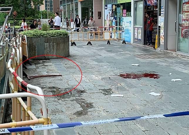 地上留下血漬,狗臂架(紅圈)跌在一旁。(讀者提供)