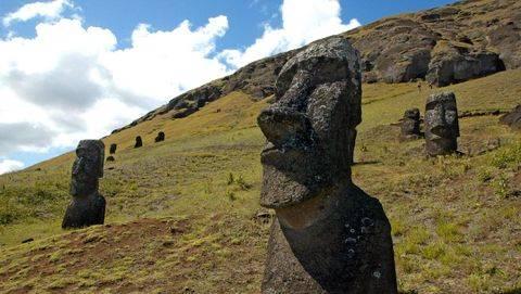 Stop Berfoto dengan Pose Konyol di Pulau Paskah