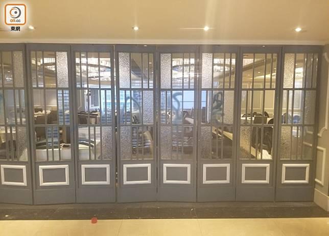 新城市廣場8樓有食肆被噴漆。(何偉鴻攝)
