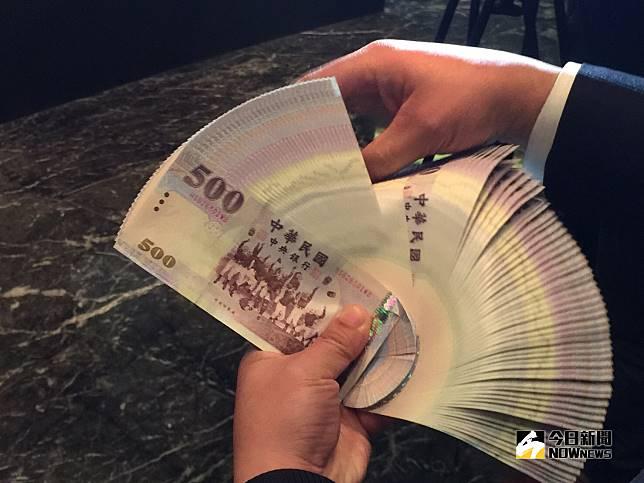 ▲美債殖利率飆升,台北股、匯市10月5日早盤同步下挫,台股大跌逾百點,新台幣兌美元也貶破30.8元。(圖/記者顏真真攝)