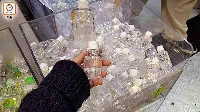 其中1支售價為38港元的搓手液並無標籤,職員稱於香港製造。