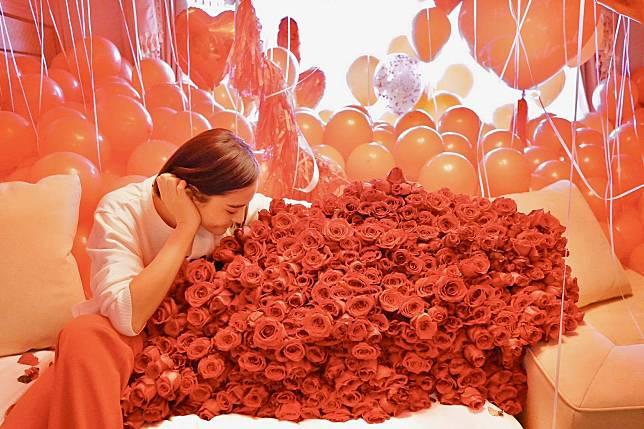 ผลการค้นหารูปภาพสำหรับ ไมค์ ภัทรเดช ทำเซอร์ไพรส์ ส่งดอกกุหลาบ 500 ดอก ลูกโป่งให้ ปุ๊กลุก ฝนทิพย์