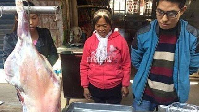 Keluarga Tran menemukan benda aneh di dalam perut domba yang mereka pelihara. (eva.vn)