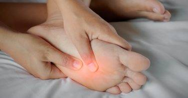 為什麼人會半夜腳抽筋?這是身體「缺鈣」警訊嗎?