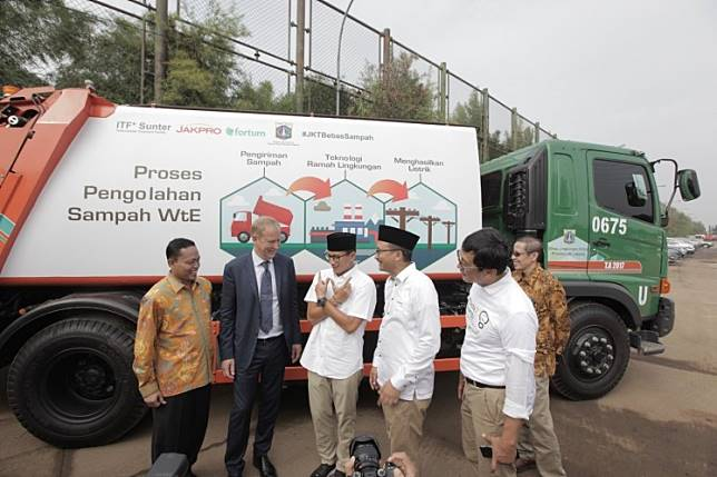 An event to announce the development of an intermediate treatment facility in Sunter, North Jakarta is attended by (from left) Jakarta Environment Agency head Isnawa Adji, Fortum executive vice president Per Langer, (then) deputy Jakarta governor Sandiaga Uno,  PT Jakarta Propertindo president director Satya Heragandhi and Jakpro's director of business development in May. The groundbreaking of the facility is scheduled for Dec. 20.