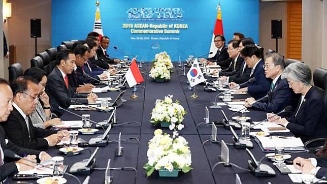 South Korean President Moon Jae-in (2nd R) talks with Indonesian President Joko Widodo (4th L) during the ASEAN-Republic of Korea Commemorative Summit in Busan, South Korea, November 25, 2019.