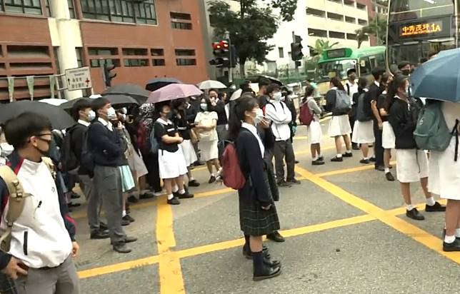 學生走出馬路。港台新聞截圖