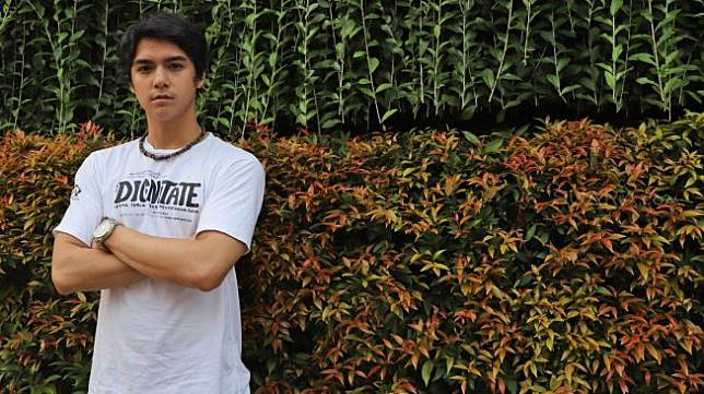 Aktor dan Penayanyi Al Ghazali berpose saat mengunjungi Suara.com di Jakarta Selatan, Jumat (17/12).[Suara.com/Alfian Winanto]