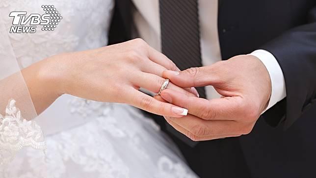 絕大多數新人要結婚前,一定都會挑選好黃道吉日再舉辦婚禮。(示意圖/TVBS)