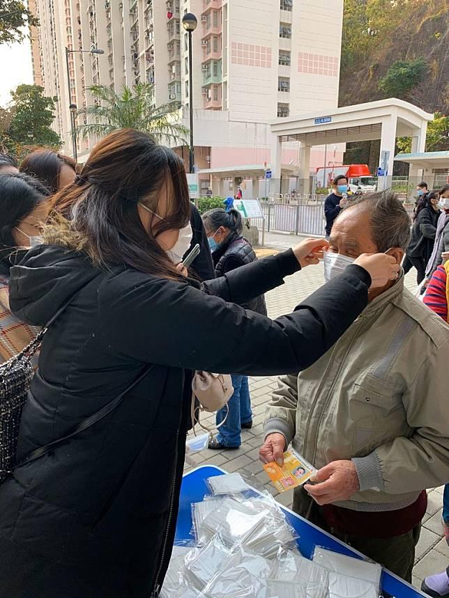 鄧以婷成功游說藥房捐出2,500個口罩。
