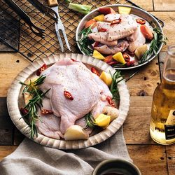 ◎健康、美味,來自最純淨的食材 ◎全植物性飼料、不使用抗生素 ◎品牌:HOLSEM舒康雞類型:雞肉種類:雞翅,雞腿食用方式:烹調再食用內容量(g/份):雞腿肉240g/包、翅中300g/包、翅小腿30