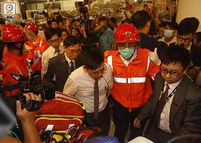 有職員感到不適,救護員接報到場協助。(何天成攝)