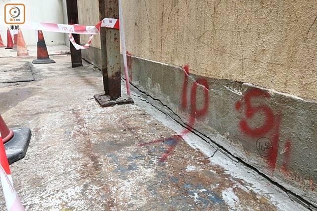 工人曾修補圍牆裂痕。(趙瑞麟攝)
