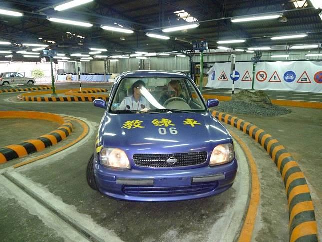 ▲為何汽車駕照有S型路考?民眾揭「真實用處」。(示意圖/翻攝自臉書)