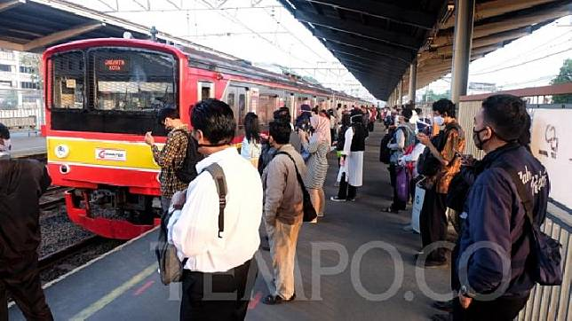 Would-be passengers of KRL Commuterline at Bekasi Station, Bekasi city, West Java, Monday, June 22, 2020. TEMPO/Hilman Fathurrahman W